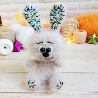 Зайка мягкая игрушка, вязаный заяц с текстильными вставками в ушках и на ножках