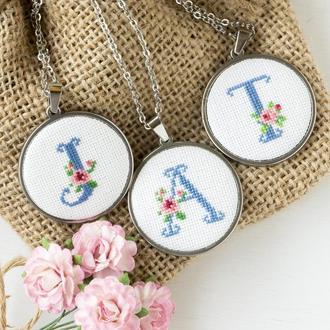 Кулон с буквой инициалами Именной кулон с вышивкой Романтический подарок девушке
