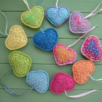 Вязаная подвеска сердце с бусинками
