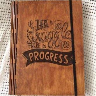 """Блокнот-мотиватор в деревянной обложке """"There is no struggle there is no progress"""""""