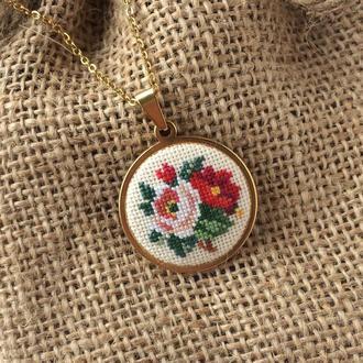 Вышитый кулон с розами Кулон подвеска с цветами Украшение на шею Подарок на день рождения женщине