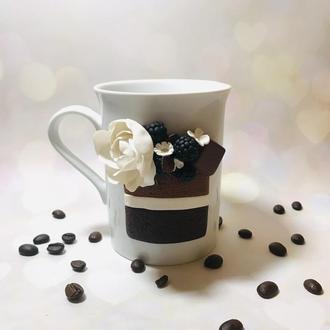 Чашка с декором, Шоколадное пирожное