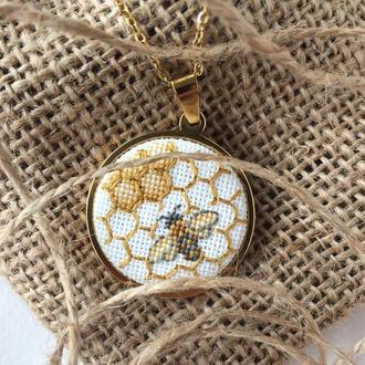 Вышитый кулон пчела на сотах Кулон с насекомым Оригинальный подарок женщине жене подруге сестре маме