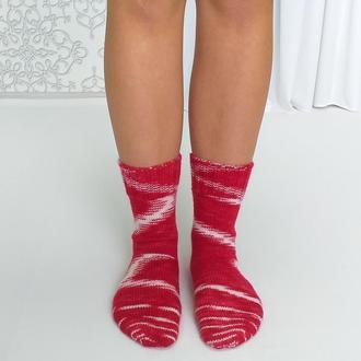 Вязаные носки ручной работы.