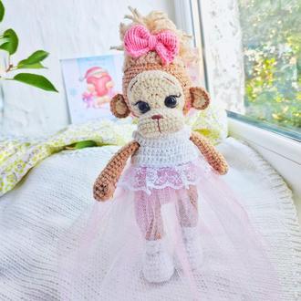 Игрушка детская вязанная Мартишка обезьянка Миа в платье и туфельках