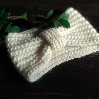 Белая вязаная повязка на голову