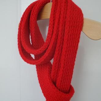 Длинный узкий красный шарф