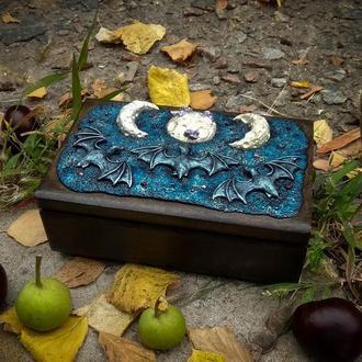 Деревянная шкатулка с летучими мышками из полимерной глины