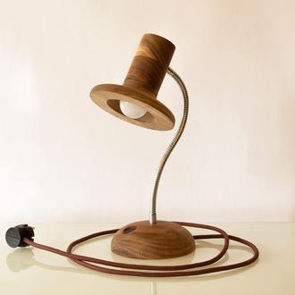 Ореховая настольная лампа Брыль