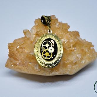 Кулон-медальон в стимпанк стиле