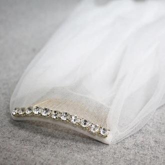 Свадебная фата на гребешке украшена камнями
