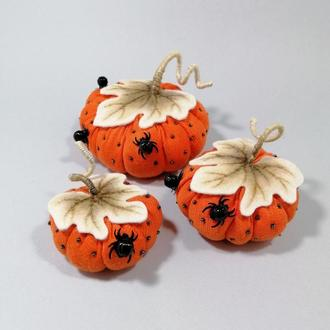 Оранжевая тыква с паучками на Хэллоуин Осенний декор тыквы Декор на хеллоуин Пауки