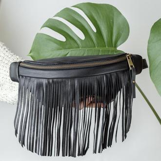 Черная кожаная сумка на пояс со съемной бахромой