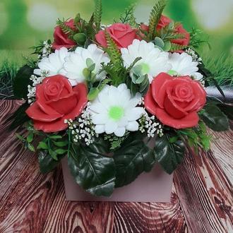 Букет цветов из мыла. Ароматическая композиция. Кораловые розы и белые хризантемы.