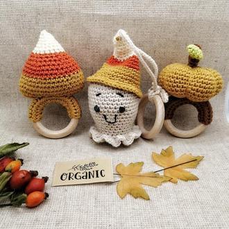 Погремушки крючком тыква, сладкая кукуруза и подвесная игрушка привидение.