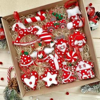Новогодний набор елочных игрушек в красном цвете!