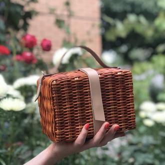 Плетёная яркая маленькая сумочка