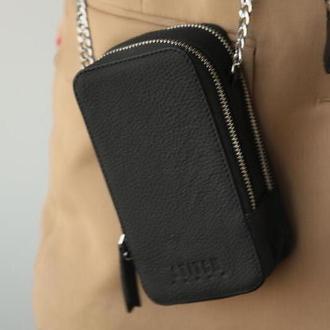 Черная сумка чехол из кожи с теснением на цепочке