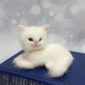 Игрушка белая кошка. Белый кот. Фигурка кота. Кот валяный. Валяная кошка.