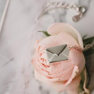 Кулон в форме конверта с письмом внутри