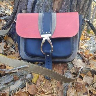 Кожаная сумочка через плечо черно-красная (размер М)