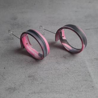 Черно-розовые стильные серьги-кольца.