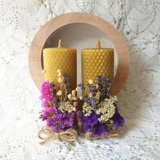 Подарочный набор: свечи с вощины с сухоцветами в коробке из шпона