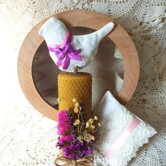 Подарочный набор: свеча с вощины и 2 лавандовых саше