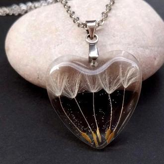 Кулон сердце из ювелирной смолы с одуванчиками