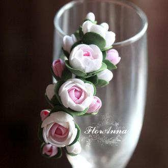 """Браслет на руку с цветами  """"Бело-розовые пионы с бутонами"""""""