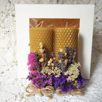Подарочный набор: свечи с вощины с сухоцветами в картонной коробке