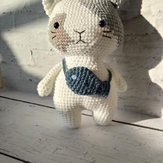Вязаная игрушка Котик с рыбкой