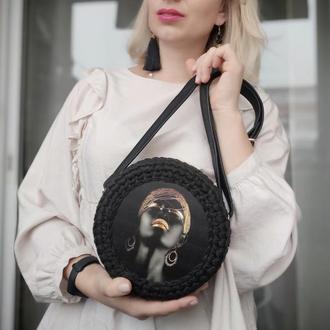Черная круглая сумка, сумка с девушкой, черная сумка с вставкой, стильная сумка
