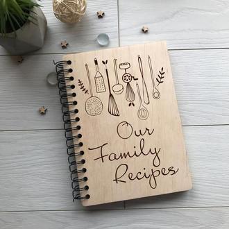 Деревянная кулинарная книга на спирали «Our Family Recipes»
