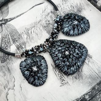 Колье серебряного цвета с бисером, бусинами и камнями Сваровски