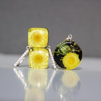 Комплект украшений из смолы с желтыми цветами