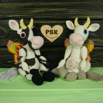 Корова, вязаная мягкая интерьерная игрушка с крыльями сказочной бабочки, авторской ручной работы PSK