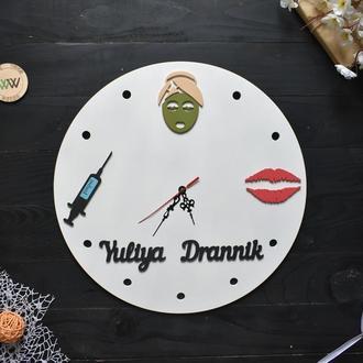 Настенные часы с логотипом для косметолога / салона красоты / бьюти студии, из дерева