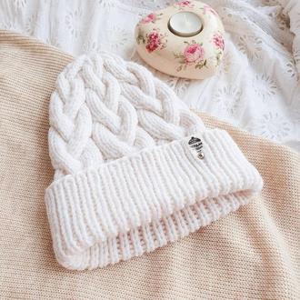 Белая зимняя шапка с косами