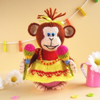 Веселая юбезьянка - игрушка вязаная спицами.