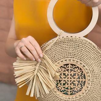 Круглая соломенная сумка из рафии