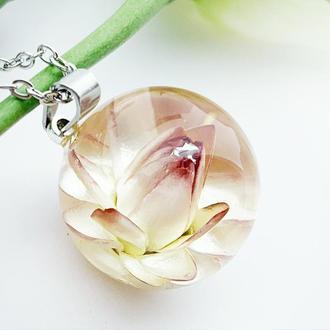 Персиковый кулон. Подвеска с гелихризумом. Украшения с цветами (модель № 2627) Glassy Flowers