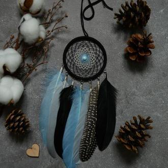 Ловец снов с небесно-голубым кошачьим глазом в центре паутинки