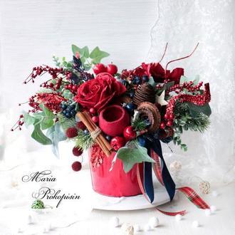 Новогодняя композиция с цветами.