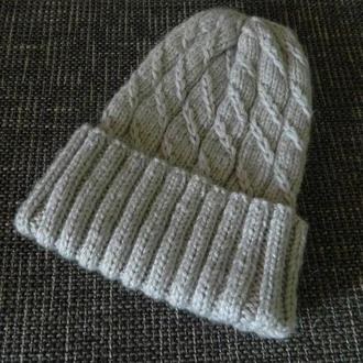 Красивая шапка с высокой макушкой серого цвета зимняя шапка с переплётами
