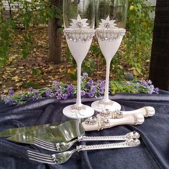 Свадебные бокалы и прибор для торта в белом перламутре с кристалами