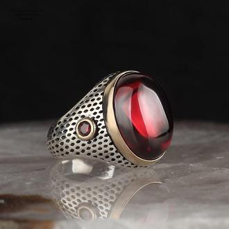 Изысканное кольцо мужское серебряное ручной работы 925 пробы с красным камнем