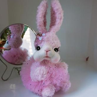 Зайчик пухнастий рожевий з брошкою