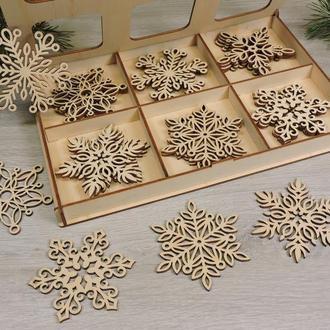 Набор новогодних деревянных резных снежинок из фанеры в подарочной коробке (24 снежинки)(2111)