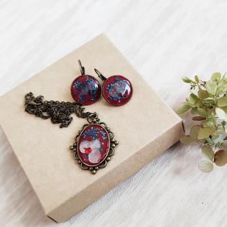 Серьги и кулон с живыми цветами под ювелирной эпоксидной смолой.